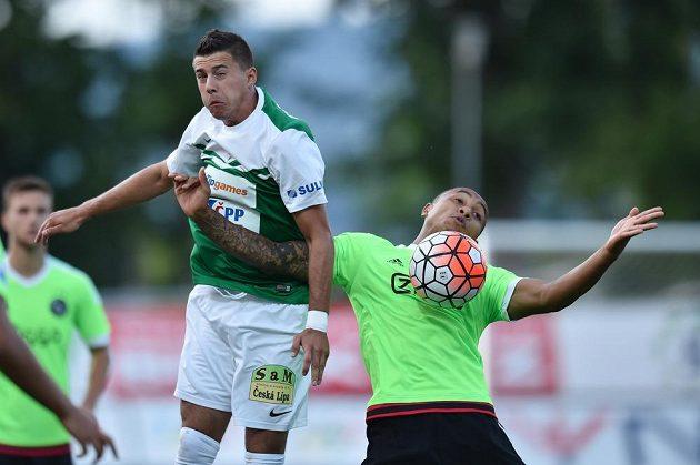 Jablonecký záložník Nermin Crnkić (vlevo) a obránce Ajaxu Kenny Tete bojují o míč.