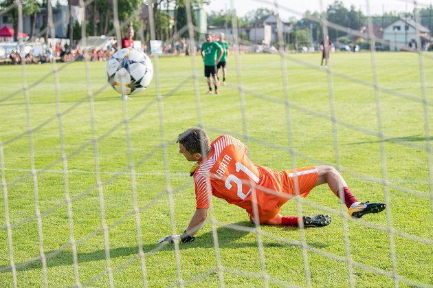 David Lafata jako brankář Sparty Praha inkasuje gól z penalty od Karla Pitáka z jabloneckého týmu během exhibičního utkání, kdy se Lafata loučil s profesionální kariérou.