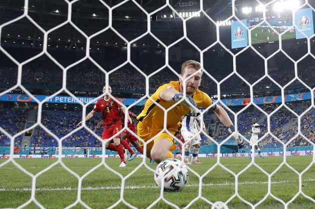 Finský gólman Lukas Hradecky inkasuje v duelu s Belgií na EURO.