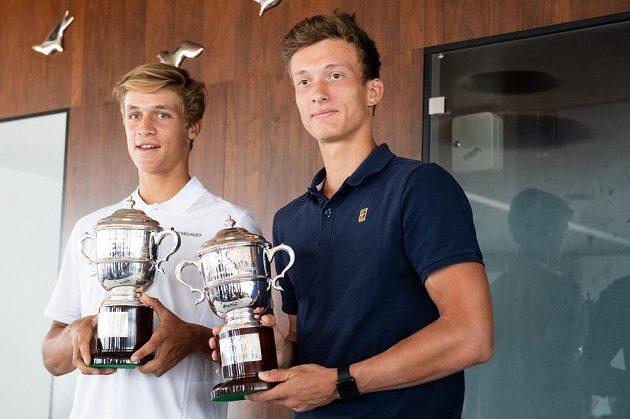 Junioři Jonáš Forejtek (vlevo) a Jiří Lehečka po návratu z Wimbledonu, kde vyhráli čtyřhru.