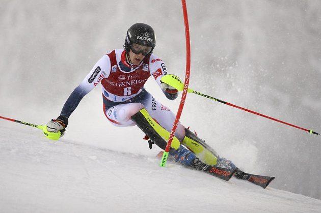 Francouzský slalomář Clement Noël na trati prvního kola slalomu Světového poháru ve finském Levi.