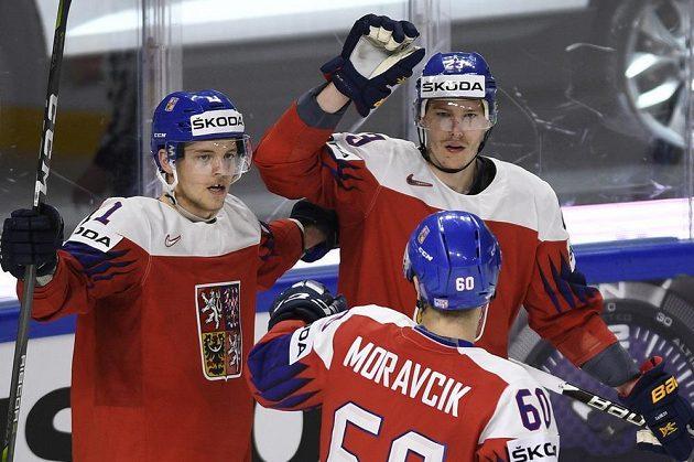 Čeští hráči (zleva) Andrej Nestrašil, Michal Moravčík a Dmitrij Jaškin se radují z gólu.
