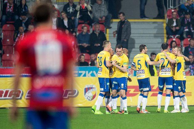 Fotbalisté Teplic oslavují gól na 1:0 během utkání v Plzni.