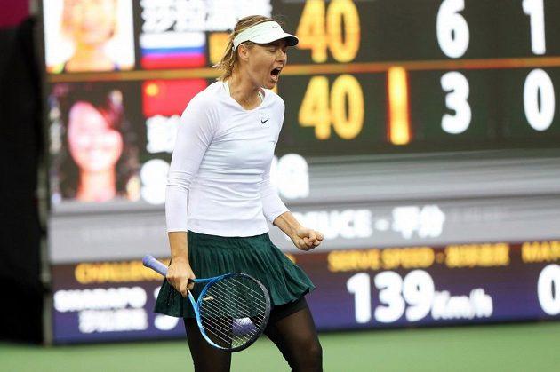 Maria Šarapovová se raduje po úspěšně výměne na turnaji v čínském Tianjinu.