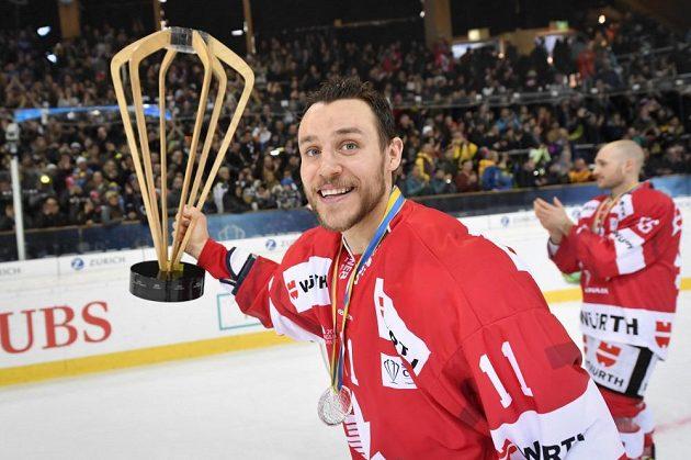 Kanaďan Gregory Campbell s trofejí pro vítěze Spengler Cupu.
