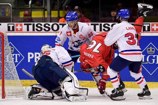 Brankář Mannheimu Johan Gustafsson a Marcel Goc z Mannheimu, Daniel Rákos z Hradce Králové a Cody Lampl z Mannheimu během utkání Ligy mistrů.