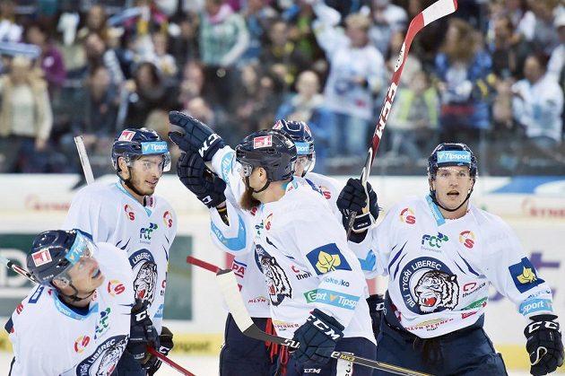 Liberečtí hokejisté slaví gól proti Třinci v zápase 6. kola Tipsport extraligy.