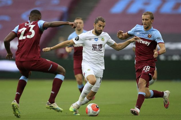 Fotbalista Burnley Jay Rodriguez s míčem, zastavit se ho snaží Issa Diop a Tomáš Souček z West Hamu během utkání Premier League.
