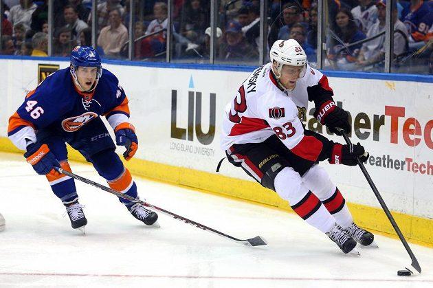 Útočník Ottawy Senators Aleš Hemský (vpravo) v utkání proti New Yorku Islanders. Stíhá ho obránce Ostrovanů Matt Donovan.
