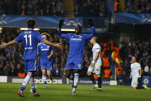 Fotbalisté Chelsea Demba Ba (uprostřed) a Oscar se radují z gólu v duelu proti Bukurešti.