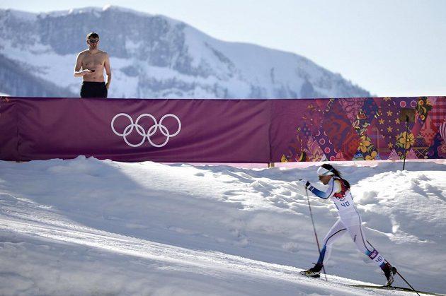 To jsou paradoxy. Švédská lyžařka Charlotte Kallaová před zraky zpolaobnaženého diváka při klasické desítce.