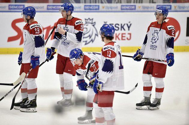 Čeští hokejisté na MS do 20 let po porážce s Kanadou.
