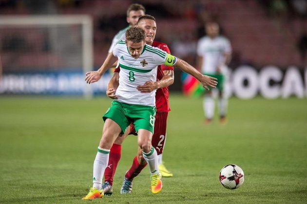 Steven Davis ze Severního Irska (vpředu) a český obránce Pavel Kadeřábek během kvalifikačního zápasu MS 2018 v Praze na Letné.