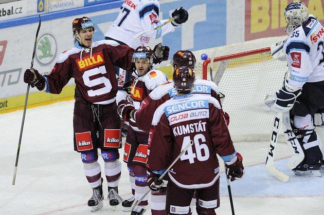 Hráči Sparty se radují ze druhého gólu proti Liberci.