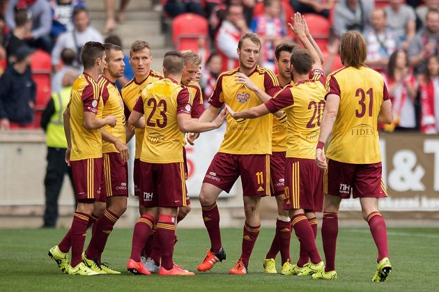 Útočník Dukly Praha Michael Krmenčík (č.11) oslavuje se spoluhráči gól na 1:0 během utkání 9. kola Synot ligy na Slavii.