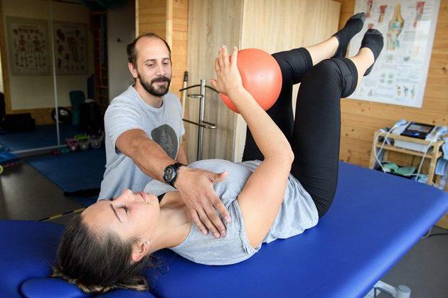 Česká skeletonistka Anna Fernstädtová cvičí pod dohledem fyzioterapeuta Jakuba Marka.