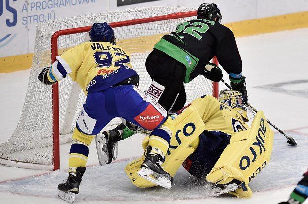 Jakub Orsava z Boleslavi střílí čtvrtý gól. Vlevo Tomáš Valenta a vpravo brankář Tomáš Štůrala, oba ze Zlína.