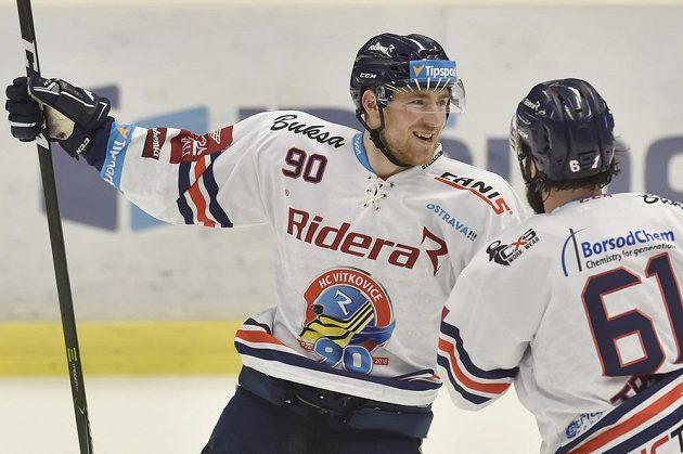 Zleva Jakub Lev (autor prvního a třetího gólu) a Peter Trška z Vítkovic se radují z branky.