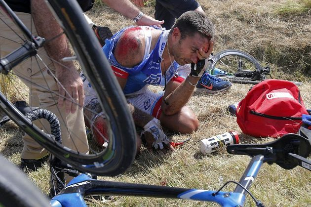 Francouz William Bonnet utrpěl při hromadném pádu zlomeninu krčního obratle.