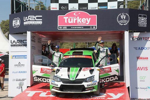 Jan Kopecký (vpravo) s Pavlem Dreslem po vítězství v Turecké rallye.