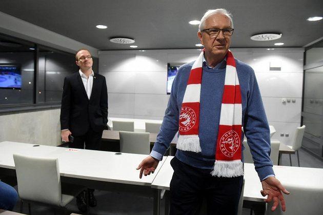 Prezidentský kandidát Jiří Drahoš (vpravo) navštívil v Třinci zápas hokejové Ligy mistrů s Jyväskylä. Na snímku v tiskovém středisku na zimním stadionu odpovídá na dotazy novinářů. Vlevo je tiskový mluvčí Ocelářů Radim Sajbot.