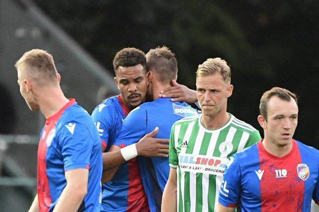 Autor prvního gólu Plzně Jean-David Beauguel (druhý zleva) se raduje ve vršovickém Ďolíčku.