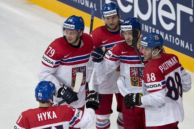 Jan Kovář (druhý zprava) přijímá gratulaci k rozhodujícímu gólu od spoluhráčů (zleva) Tomáše Hyky, Tomáše Zohorny, Jakuba Jeřábka a Davida Pastrňáka.