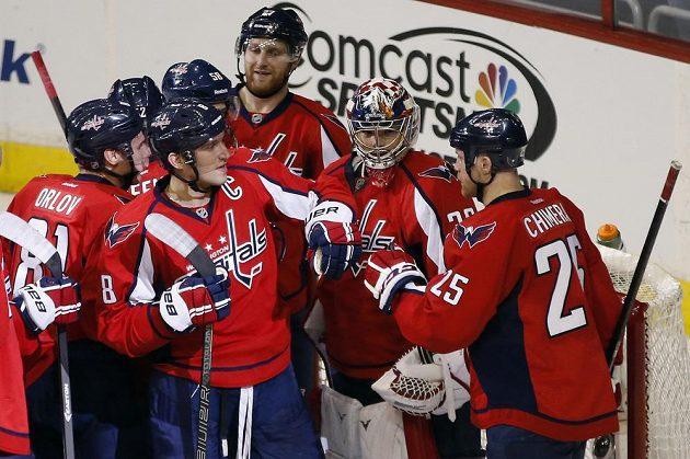 Radost hokejistů Capitals po těsné výhře nad Torontem.