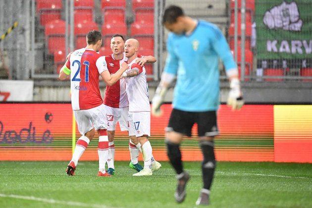 Slávisté se radují z vyrovnávacího gólu Miroslava Stocha (17) proti Karviné.