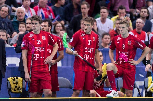 Česká střídačka, zleva Marek Beneš, Josef Rýpar a Filip Langer sleduje semifinále MS s Finy.