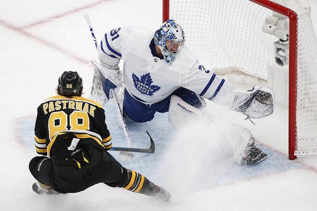 Brankář Toronta Maple Leafs Frederik Andersen (31) likviduje šanci útočníka Bostonu Bruins Davida Pastrňáka (88) během utkání 1. kola play off NHL.