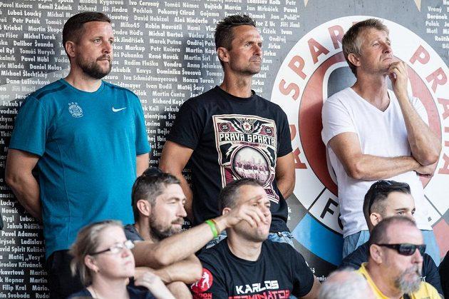 Zleva Luděk Stracený, Jiří Novotný a Michal Horňák sledují utkání Sparty se Slováckem. Právě Novotný by se mohl stát asistentem trenéra Ščasného.
