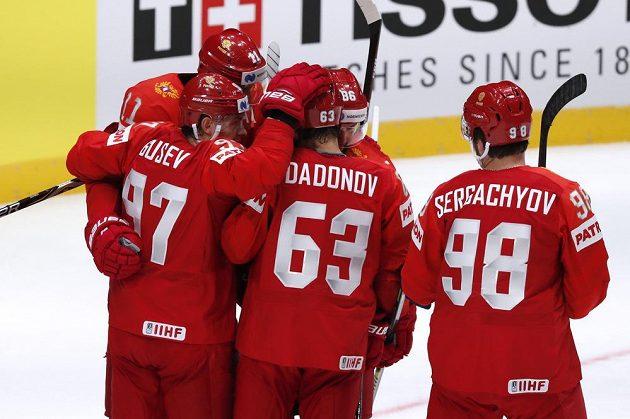 Ruští hokejisté oslavují trefu Jevgenije Dadonova do sítě Norska v utkání mistrovství světa.