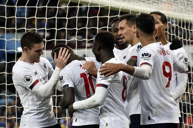 Radost v podání Liverpoolu. Sadio Mané, druhý zleva, slaví se spoluhráči svůj gól v utkání Premier League.
