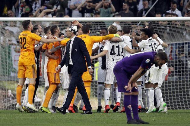 Fotbalisté Juventusu Turín mohli po vítězném zápase s Fiorentinou slavit zisk mistrovského titulu.