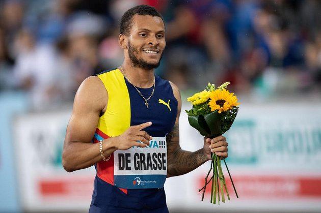 Andre De Grasse v cíli běhu na 200 m během atletického mítinku Zlatá tretra.