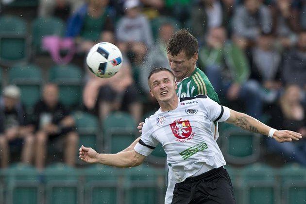 Hradecký fotbalista Tomáš Malinský (vpředu) v hlavičkovém souboji s Antonínem Křapkou z Bohemians.