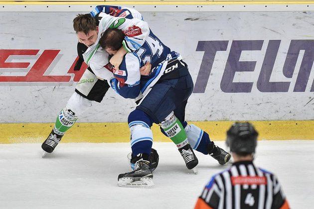 Radan Lenc (vlevo) z Boleslavi a Tomáš Slovák z Plzně v bitce v utkání 33. extraligového kola.
