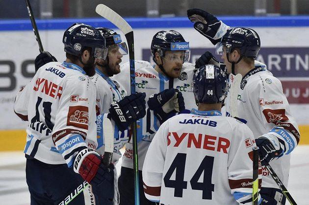 Hokejisté Liberce se radují z gólu. Zleva Tomáš Filippi, Tomáš Rachůnek, autor gólu Dávid Gríger, Mislav Rosandič a Ronald Knot.
