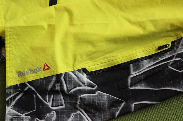 Kraťasy Spartan Pro Mud Short: Pohled na kapsu a reflexní značku výrobce.