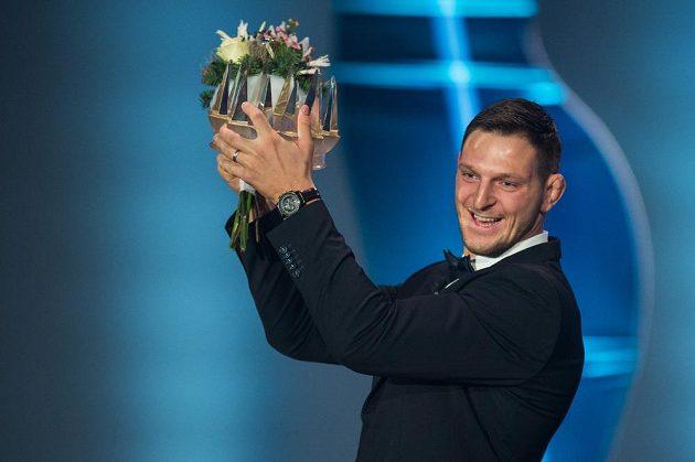 Lukáš Krpálek si užívá s korunkou pro vítěze ankety Sportovec roku 2016.