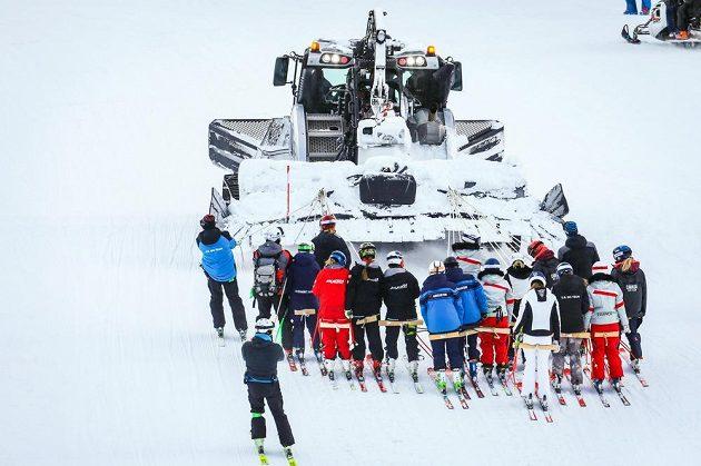 Při výpadku elektřiny pomohla lyžařkám nahoru v Lake Louise rolba.