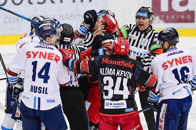 Strkanice hráčů před brankou Liberce během utkání hokejové extraligy v Hradci Králové.