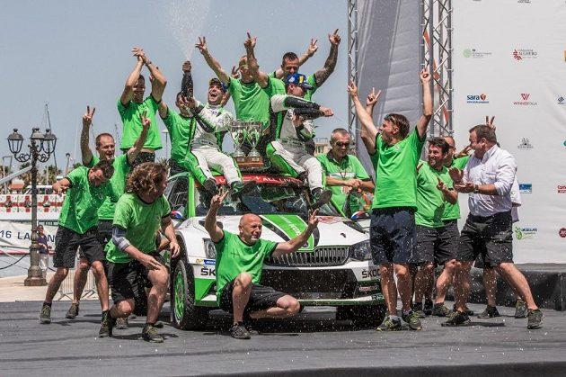 Jan Kopecký s týmem v cíli Rallye Sardinia 2018. Třetí start v MS 2018, třetí vítězství.