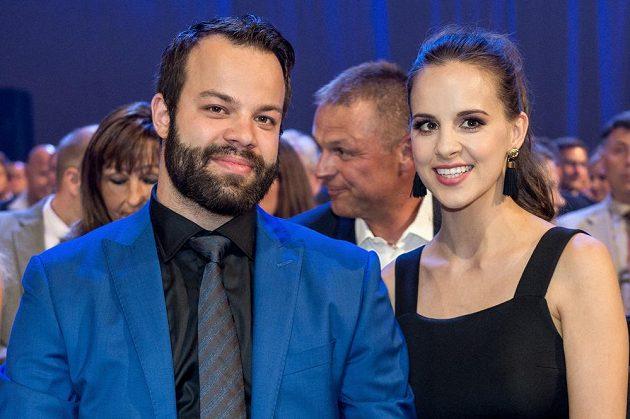 Hokejista Radko Gudas s partnerkou během slavnostního vyhlášení ankety Zlatá hokejka 2017.