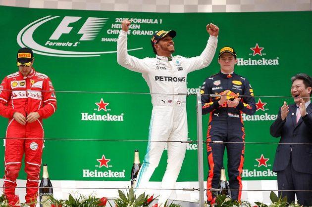 Stupně vítězů po Velké ceně Číny, zleva Sebastian Vettel, Lewis Hamilton a Max Verstappen.