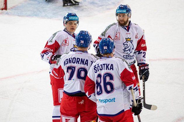 Čeští hokejisté se radují z gólu Tomáše Zohorny (druhý zleva) proti Rakousku.