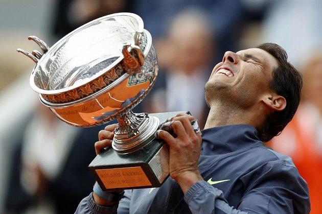 Rafael Nadal zvedá nad hlavu pohár pro vítěze French Open.