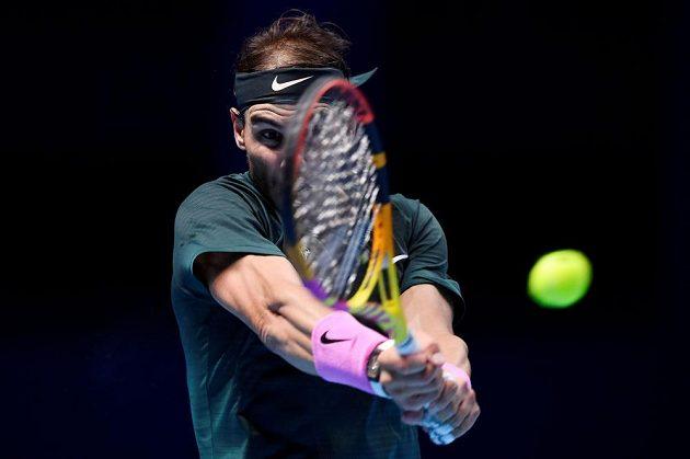Španělský tenista Rafael Nadal v akci během semifinále Turnaje mistrů.