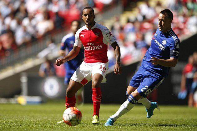 Útočník Arsenalu Theo Walcott (vlevo) přihrává před obráncem Chelsea Johnem Terrym Alexi Oxlade-Chamberlainovi do gólové šance.